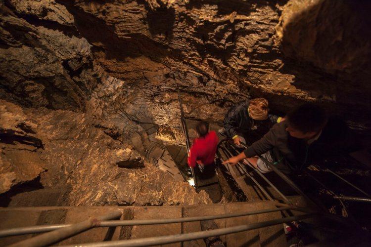 Gruppo di visitatori nella Grotta del Vento in Garfagnana