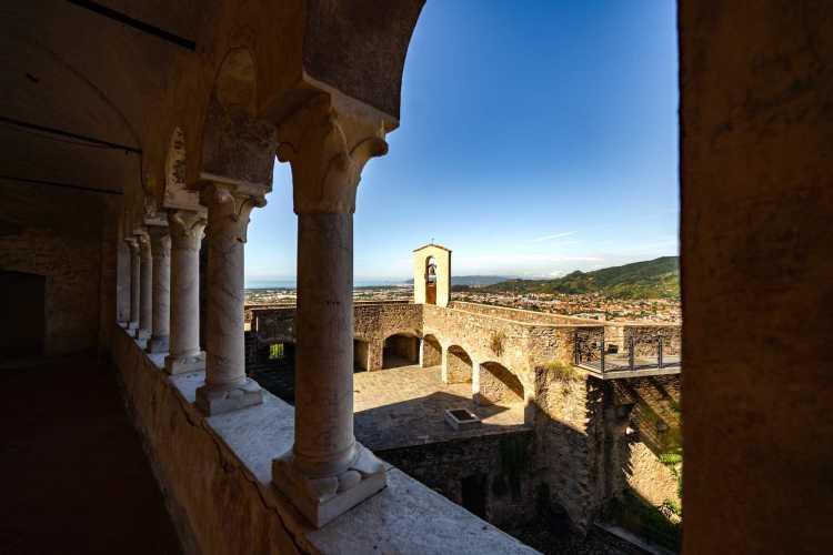 Corte interna e panorama di Massa dal Castello Malaspina