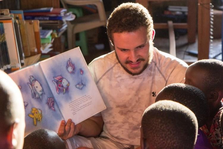 Missionario racconta storia a bambini
