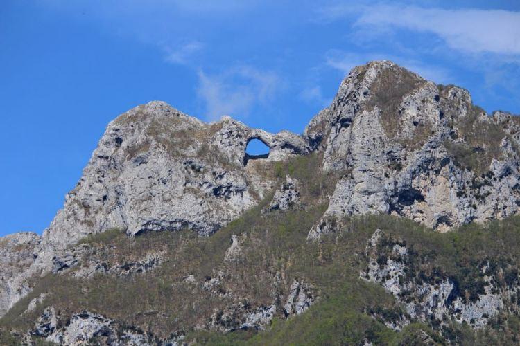 Il Monte Forato si trova nel comune di Fabbriche di Vergemoli in Garfagnana