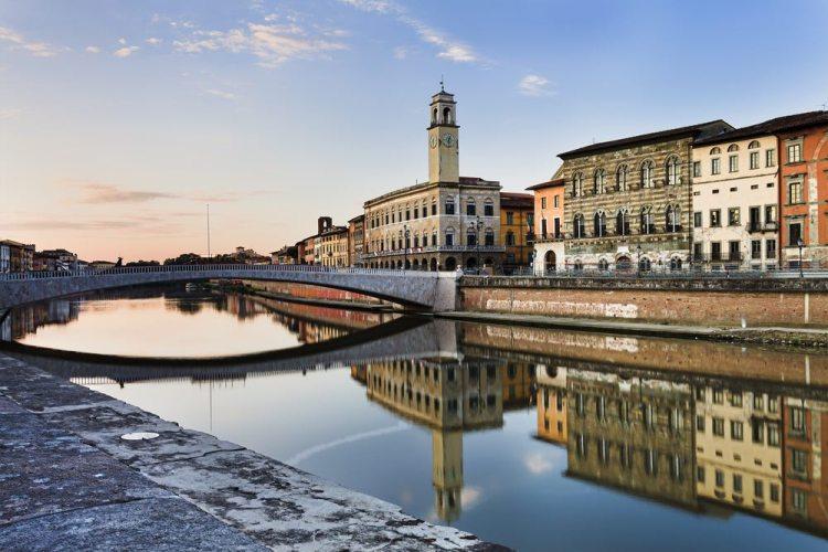 Il Ponte di Mezzo a Pisa divide la città in due parti