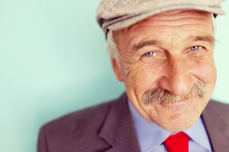 Signore sorridente col cappello