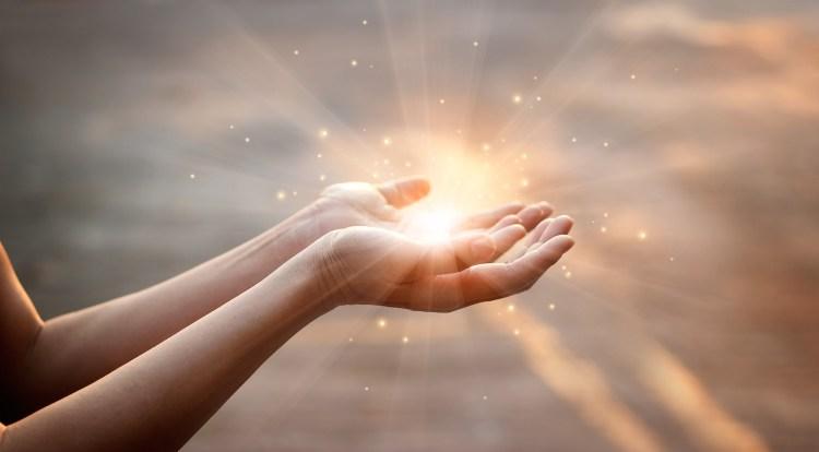 Mani con la luce dello spirito