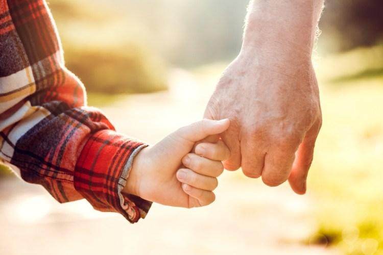 Nonno e nipote per mano