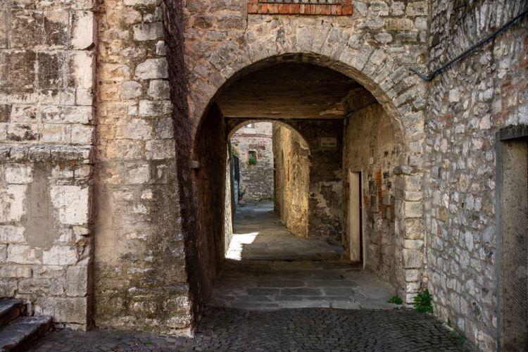 Vicolo di Roccalbegna, borgo toscano in Maremma