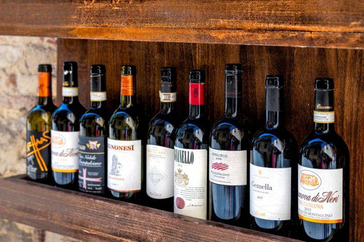 Bottiglie di vini rossi toscani tra cui il Tignanello