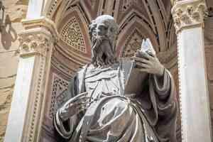 Statua di San Giovanni Evangelista sulla facciata di Orsanmichele a Firenze