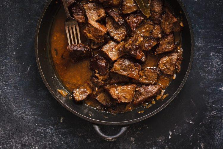 La scottiglia dell'Amiata è uno stufato di carne mista con il pomodoro