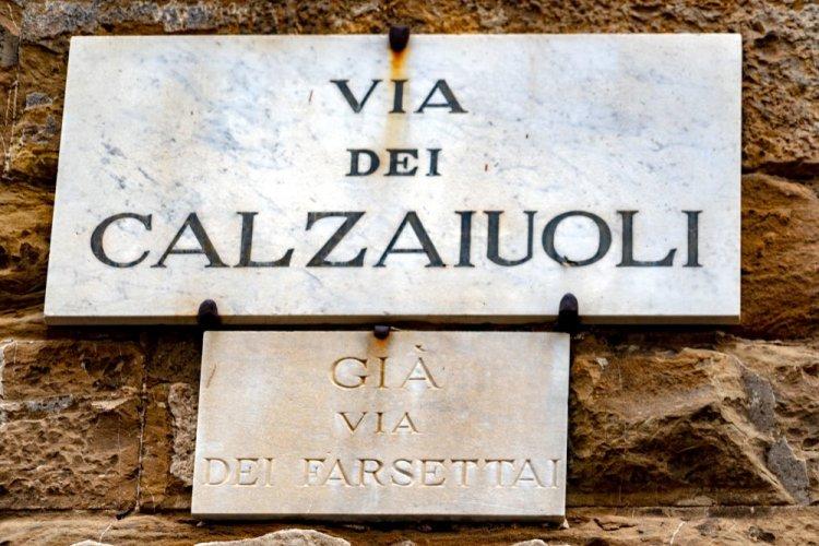 La targa di Via dei Calzaiuoli a Firenze