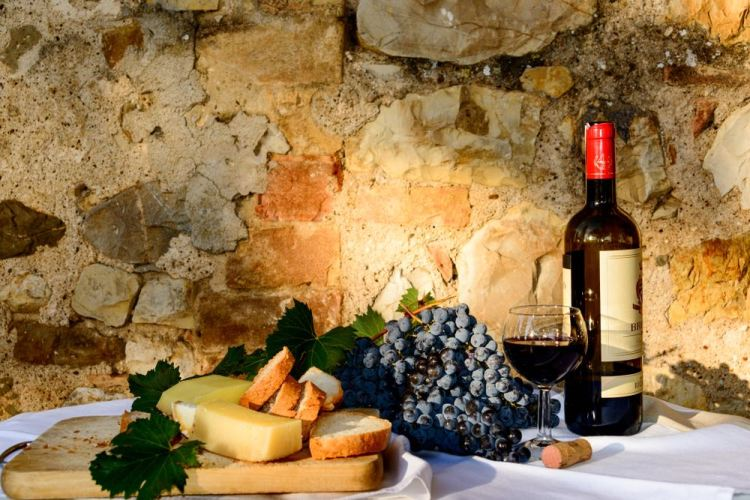 Bottiglia di Brunello a Montalcino su tavola imbandita