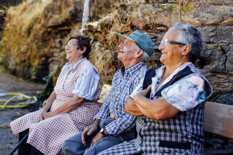 Persone anziane che sorridono in un borgo