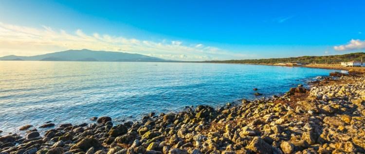 Spiaggia di Ansedonia con vista sul Monte Argentario nella Bassa Maremma toscana