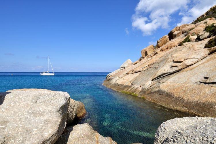 Cala Maestra è una cala dell'Isola di Montecristo nell'Arcipelago toscano