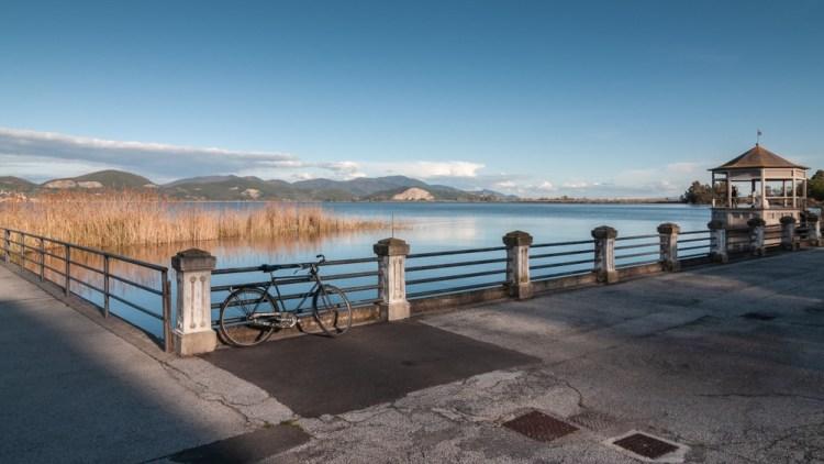 Il Lago di Massaciuccoli è uno dei laghi di Toscana non balneabili, all'interno dell'Oasi LIPU