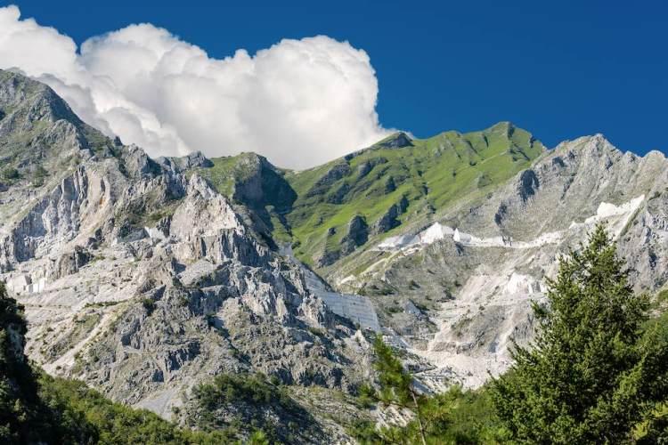 Alpi Apuane a primavera: nuvole, cielo blu e cave di marmo