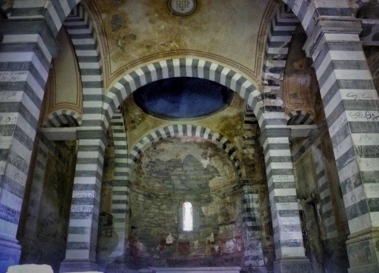 Interno di una chiesa abbandonata a Brento Sanico