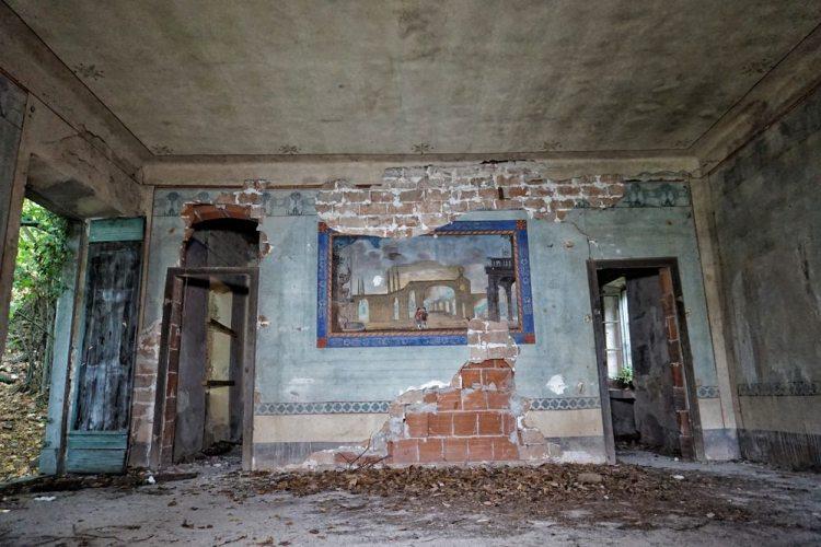 Interno di una casa abbandonata a Bugnano in Toscana