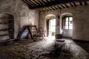Interno di una casa abbandonata a Buriano in Toscana