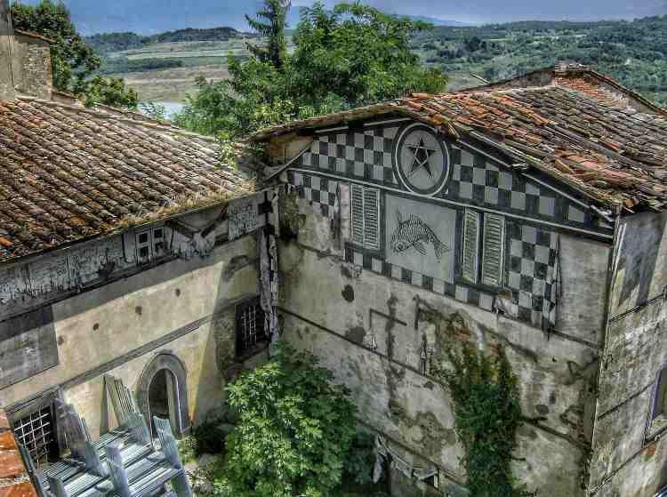 Panorama su Castelnuovo dei Sabbioni, borgo abbandonato nel Val d'Arno Toscano