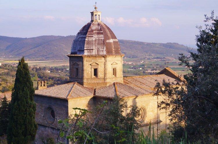 La Chiesa di Santa Maria delle Grazie del Calcinaio con vista sulla Val di Chiana