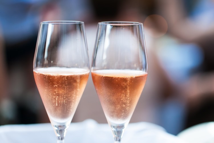 Due bicchieri di spumante rosato toscano