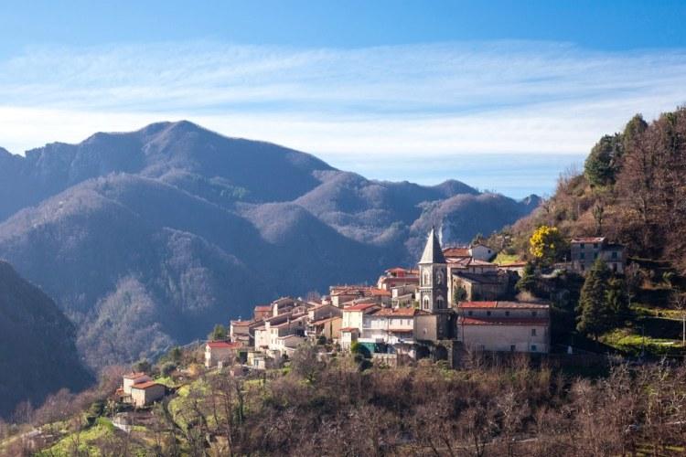 Il borgo di Volegno sulle Alpi Apuane