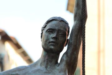 L'Altalena di Daphne Du Barry nel borgo toscano di Pietrasanta