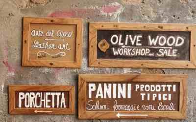 Insegne di legno con scritte relative a prodotti tipici toscani