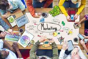 Concetto di strategia di marketing con team a lavoro