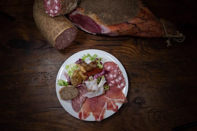 Piatto di prodotti tipici toscani da mangiare