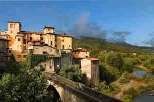 Vista sul ponte Santa Lucia nel borgo toscano di Castelnuovo di Garfagnana
