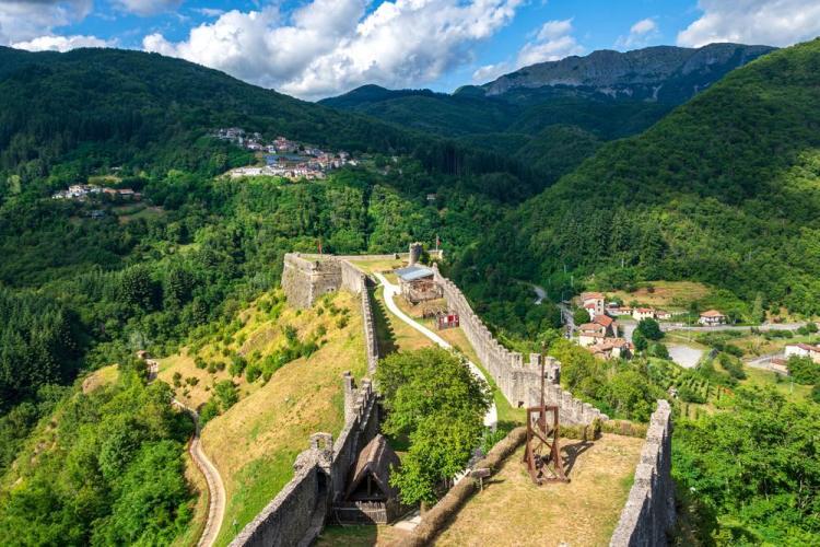 La Fortezza delle Verrucole e il vicino borgo di San Romano in Garfagnana