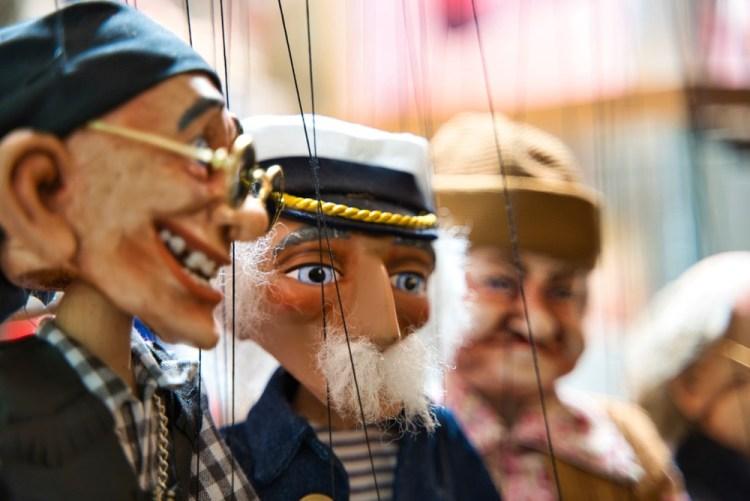 Marionette di legno di personaggi buffi