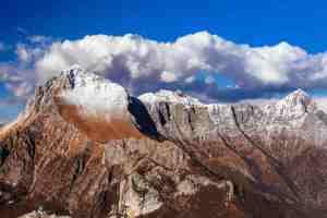 Cima della Pania in Garfagnana con nuvole sulla cima e cielo blu.