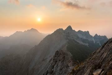 Il tramonto sulle Alpi Apuane in Toscana