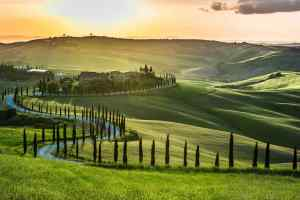La strada di Monticchiello in Val d'Orcia, un'idea per visitare la Toscana in auto