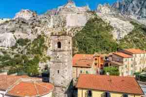 Il borgo di Colonnata sulle Alpi Apuane