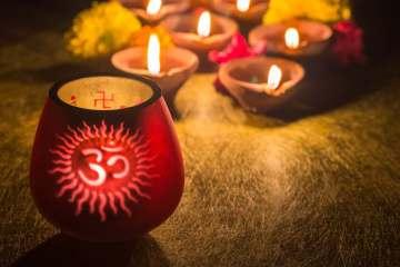 Il mantra OM su candele rosse