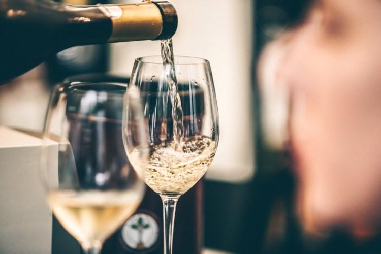 Vino spumante viene versato in un bicchiere