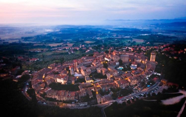 Ripresa aerea all'alba del borgo toscano di Lucignano in Val di Chiana