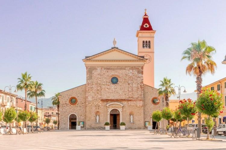 Chiesa in Piazza Gino Meconi a Marina di Carrara