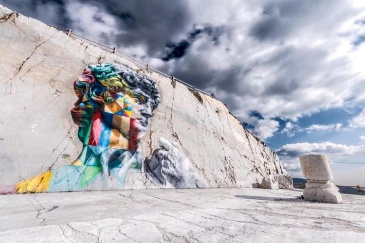 Graffito raffigurante il David di Michelangelo su una parete di marmo bianco a Carrara