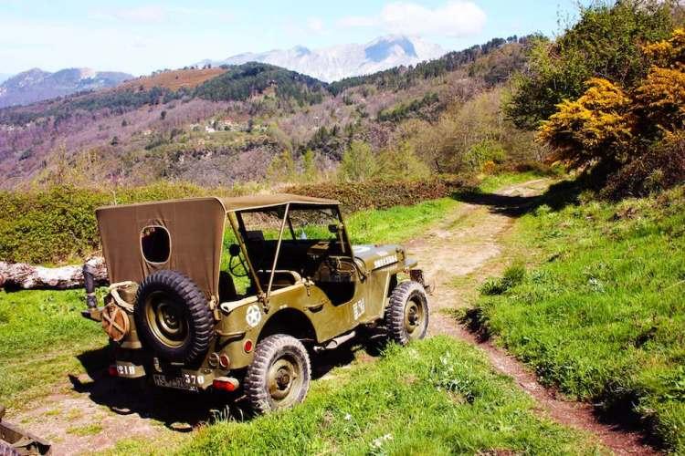Rievocazione storica lungo la Linea Gotica in Toscana: una jeep americana