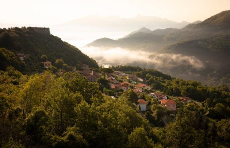 Il borgo di Montale vicino ad Aulla in Lunigiana all'alba