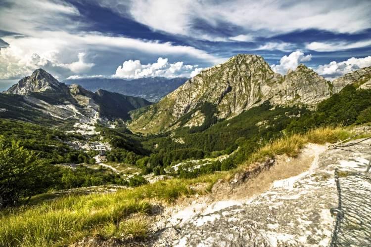 Panorama sulle Alpi Apuane con vista sul Pizzo d'Uccello in una giornata d'estate