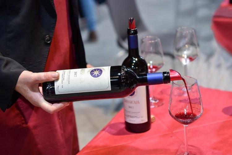 Degustazione di Sassicaia 2017, sommelier versa il vino in un bicchiere