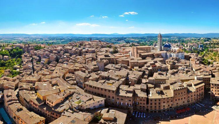 La città di Siena ripresa dall'alto: Duomo, tetti e parte di Piazza del Campo