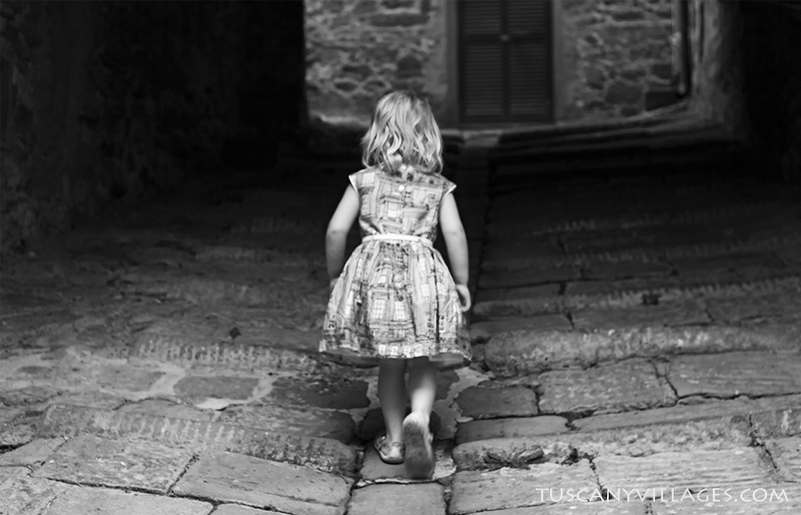 little girl walking through a tunnel, Stiappa
