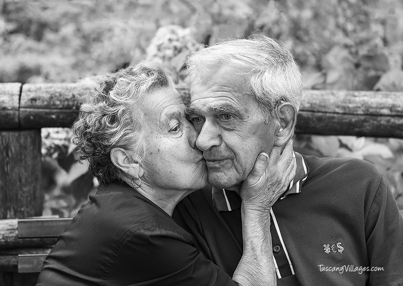 Old man and woman kissing, Stiappa