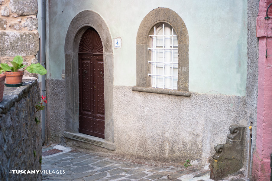 brown-door-arch-window-bagni di lucca